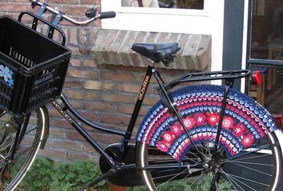 25560323 083736 แต่งแต้มสีสันให้ล้อจักรยานด้วยไหมพรม