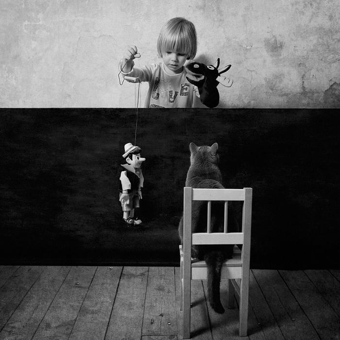 25560420 221507 เก็บความทรงจำดีๆไว้กับภาพขาวดำ..มิตรภาพระหว่างเด็กสาว 4 ขวบ กับแมวจอมกวน..