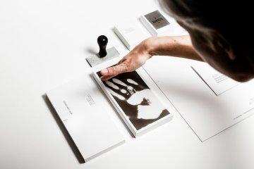Heat-Sensitive Business Cards Are Like Touchable Polaroids  นามบัตรเคลือบด้วยน้ำหมึกสีดำ ตอบสนองกับอุณหภูมิร่างกาย