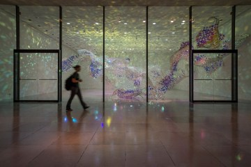 เมื่อศิลปินถักทอกระจก..เป็นคลื่นสีเลื่อมพราย..ระยิบระยับ..เปลี่ยนแปลงตามช่วงเวลาของวัน