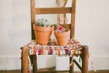 DIY  ชุบชีวิตให้เก้าอี้เก่า ด้วยเสื้อยืดเก่า 6 - DIY