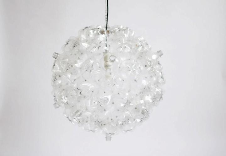 25560605 160638 Bubble Chandelier จากขวดพลาสติกใช้แล้ว โดย Souda เพื่อผู้ไร้บ้าน