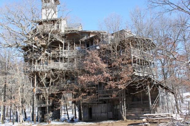 IMG 3395 620x413 บ้านต้นไม้จากไม้เก่า ใช้เวลาสร้างกว่า 11 ปี แบบไม่ต้องมีพิมพ์เขียว โดยพระที่เป็น Landscape Architect
