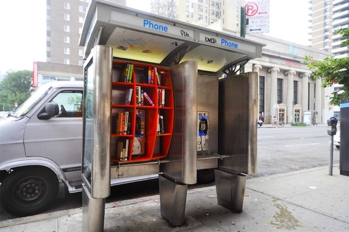 25560703 170815 เปลี่ยนตู้โทรศัพท์สาธารณะในนิวยอร์ค เป็นห้องสมุดขนาดเล็ก เพื่อส่งเสริมการเรียนรู้ของคนในชุมชน