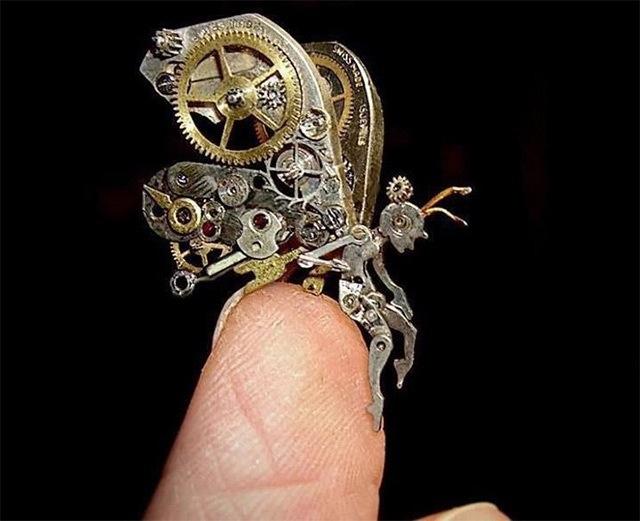 25560706 115709 ประติมากรรมจิ๋วจากชิ้นส่วนนาฬิกาพกโบราณ โดย Sue Beatrice