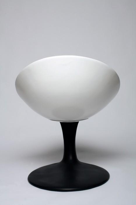 25560712 211355 เก้าอี้อาร์ตๆ..เหมือนถ้วยลอยกลางอากาศเทสีหกเลอะพื้น..งดงาม