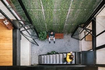 ออฟฟิศแนว Industrial จากอาคารเก่า เปิดพื้นที่โล่งตรงกลางเพื่อรับแสงสว่างและเป็นสวน 12 - courtyard