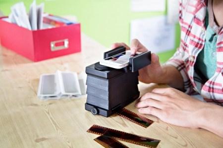 lomography smartphone film scanner 728f 600.0000001370626946 450x300 The Lomography Smartphone Film Scanner เครื่องสแกนภาพถ่ายจากฟิล์มให้กลายเป็นรูปดิจิทัลในสมาร์โฟน