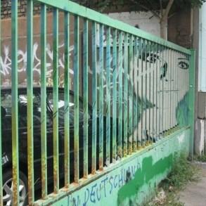 Street Art ภาพที่ซ่อนอยู่บนราวลูกกรงข้างถนน 17 - Graffiti