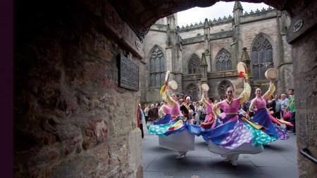 RoyalMile Dancers 083 450x253 Edinburgh Festival Fringe เทศกาลศิลปะกลางแจ้งที่ยิ่งใหญ่ที่สุดในโลก