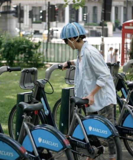 paper pulp helmet RCA designboom02 450x539 paper pulp helmet หมวกกันน็อกสำหรับผู้ขับจักรยาน ด้วยไอเดียรักษ์โลก