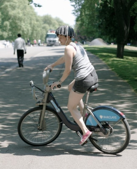 paper pulp helmet RCA designboom03 450x556 paper pulp helmet หมวกกันน็อกสำหรับผู้ขับจักรยาน ด้วยไอเดียรักษ์โลก