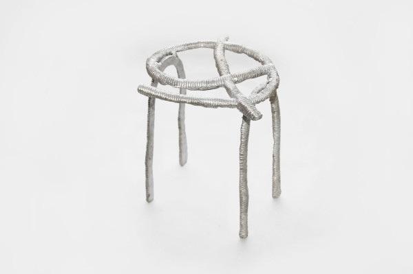 25561113 165343 เก้าอี้จากขยะ..ผลิตจากกระป๋องน้ำอัดลม ใช้เชื้อเพลิงจากน้ำมันพืชใช้แล้ว แม่พิมพ์จากกองทรายข้างถนน