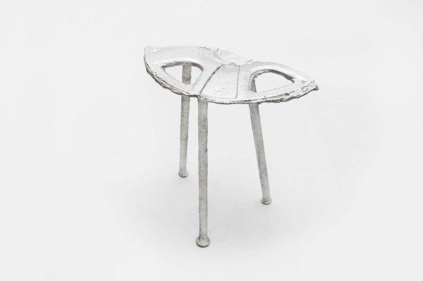 25561113 165348 เก้าอี้จากขยะ..ผลิตจากกระป๋องน้ำอัดลม ใช้เชื้อเพลิงจากน้ำมันพืชใช้แล้ว แม่พิมพ์จากกองทรายข้างถนน