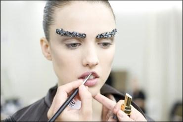 คิ้วสติ๊กเกอร์จากลูกปัด คริสตัล เลื่อมแพรวพราว และไหมชั้นดี จากแบรนด์ Chanel 16 - แต่งหน้า