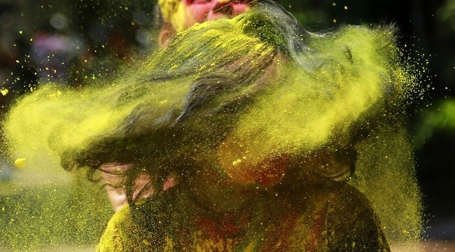 25570322 104822 ฉลองการเข้าสู่ฤดูใบไม้ผลิกับเทศกาลแห่งสีสัน ที่ประเทศอินเดีย
