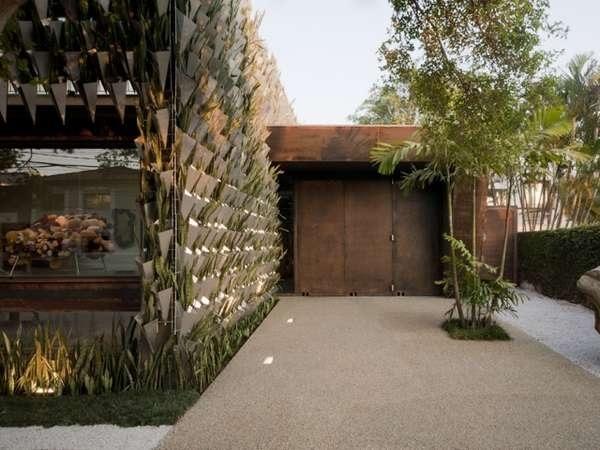 25570402 193535 สวนแนวตั้ง จากกระถางอลูมินัมและต้นไม้ 6,000 ต้น ที่ Firma Casa