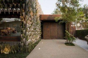 สวนแนวตั้ง จากกระถางอลูมินัมและต้นไม้ 6,000 ต้น ที่ Firma Casa
