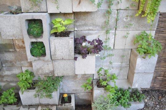 20140517 211005 9 วิธีใช้คอนกรีตบล็อกกับสวนหลังบ้านให้ดูดี มีสไตล์