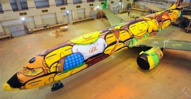 20140529 105751 39471241 ศิลปิน graffiti วาดภาพบนเครื่องบินทีมชาติบราซิล ในฟุตบอลโลก World Cup2014