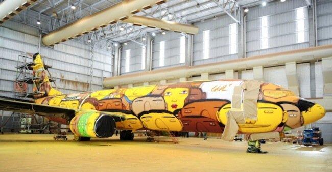 20140529 105751 39471525 ศิลปิน graffiti วาดภาพบนเครื่องบินทีมชาติบราซิล ในฟุตบอลโลก World Cup2014