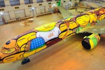 ศิลปิน graffiti วาดภาพบนเครื่องบินทีมชาติบราซิล ในฟุตบอลโลก World Cup2014