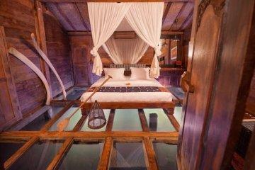 """โรงแรม""""บ้านกุ้ง""""..พื้นห้องนอนเป็นกระจกใสมองเห็นชีวิตสัตว์น้ำในบ่อกุ้ง"""