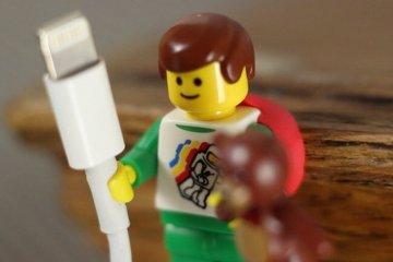 ใช้ประโยชน์จากตุ๊กตาเลโก้ เป็นที่จัดระเบียบยึดจับสาย iPhone