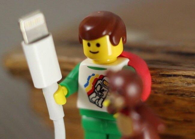 ใช้ประโยชน์จากตุ๊กตาเลโก้ เป็นที่จัดระเบียบยึดจับสาย iPhone 24 - iPhone