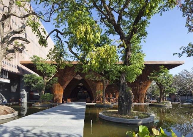 Kontum Indochine Cafe by Vo Trong Nghia 02 650x464 สถาปัตยกรรมจากไม้ไผ่ โดย Vo Trong Nghia Architects เป็นมิตรกับสิ่งแวดล้อม ประหยัดพลังงาน