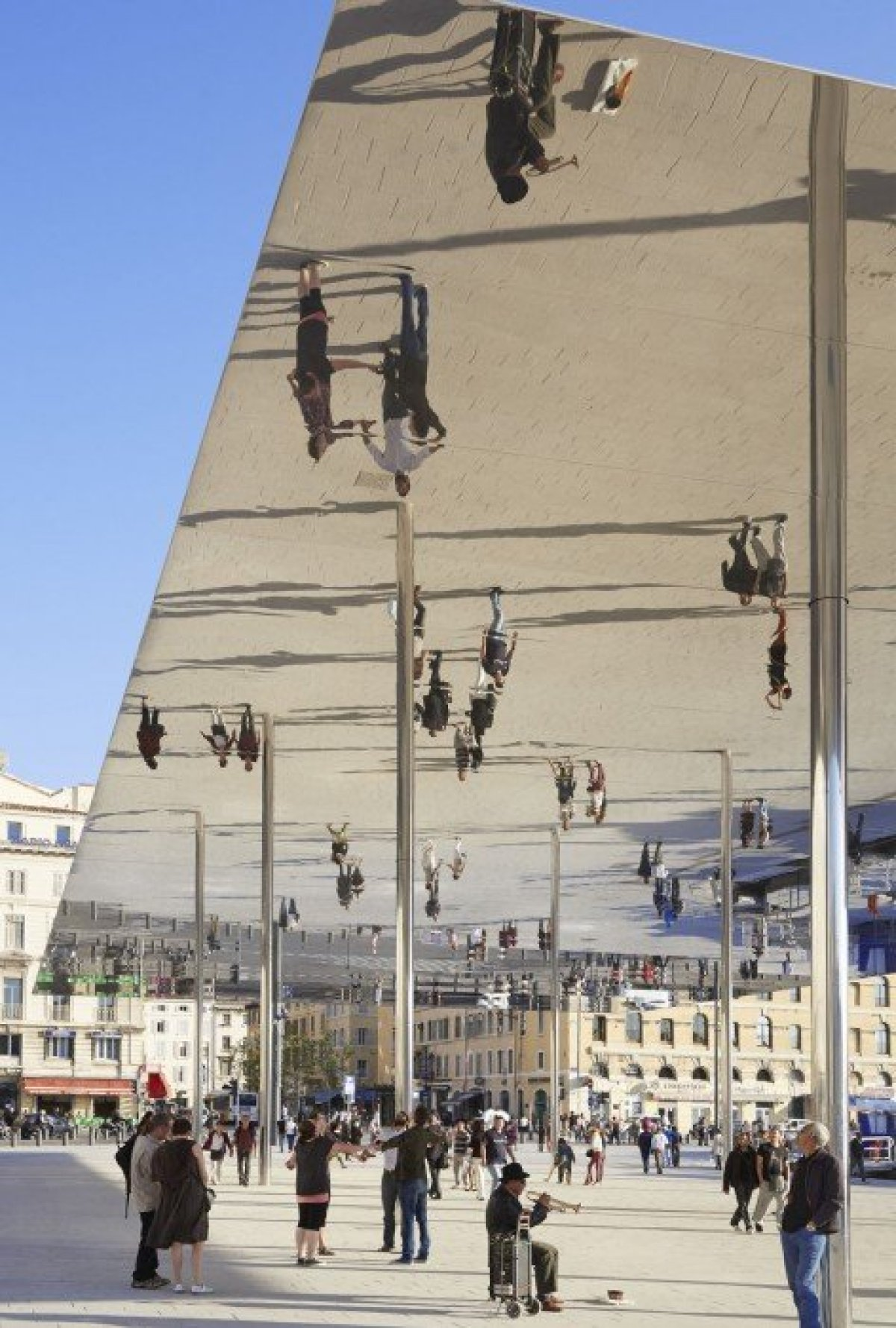 7d10b0c87a270b42cada97fb6036c193 1 กระจกเงาที่สะท้อนพื้นที่บริเวณและผู้ที่มายืน ภายใต้ซุ้ม Vieux Port Pavilion
