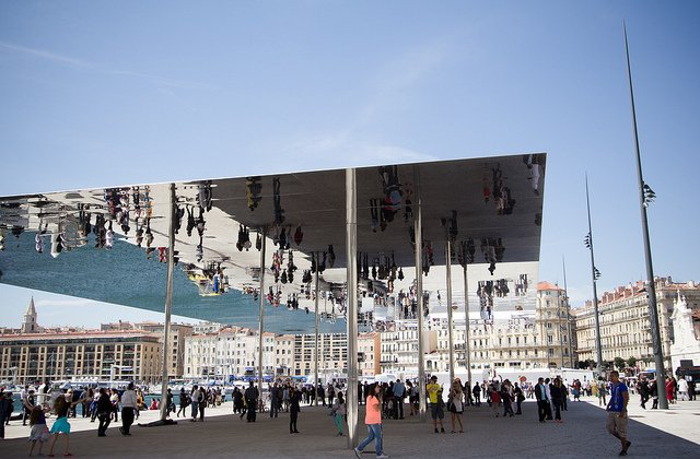 8966972010 eb10e9573c z กระจกเงาที่สะท้อนพื้นที่บริเวณและผู้ที่มายืน ภายใต้ซุ้ม Vieux Port Pavilion