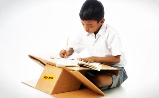 IMG 4116 Help Desk..รีไซเคิลกระดาษกล่องใช้แล้ว เป็นทั้งโต๊ะและกระเป๋าในชิ้นเดียว
