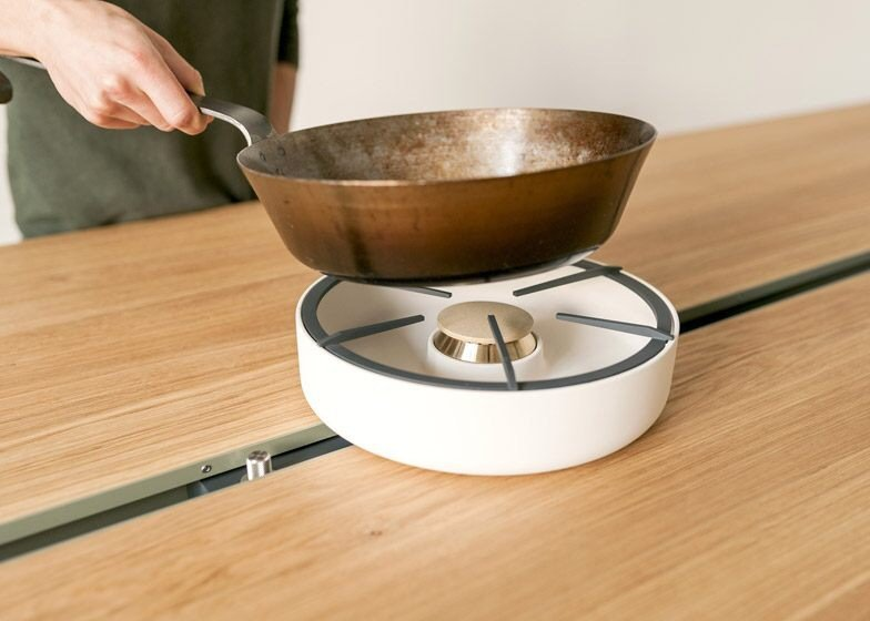 IMG 4360 โต๊ะเรียบๆใช้ประโยชน์ได้หลายอย่าง และเปลี่ยนเป็นครัวได้ง่ายๆ