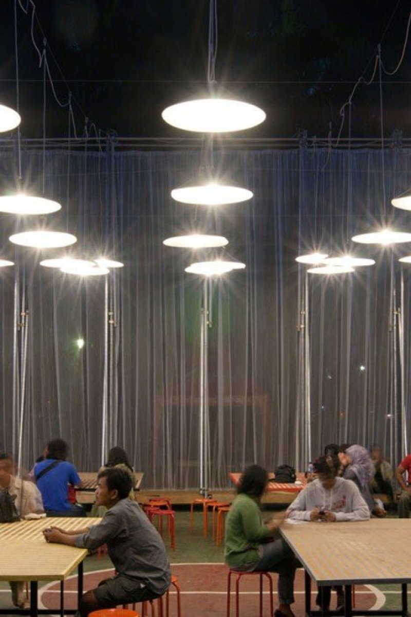 Kineforum Misbar open air cinema by Csutoras and Liando dezeen 171 โรงภาพยนตร์ชั่วคราวกลางแจ้ง ณ กรุงจาการ์ตา ประเทศอินโดนีเซีย