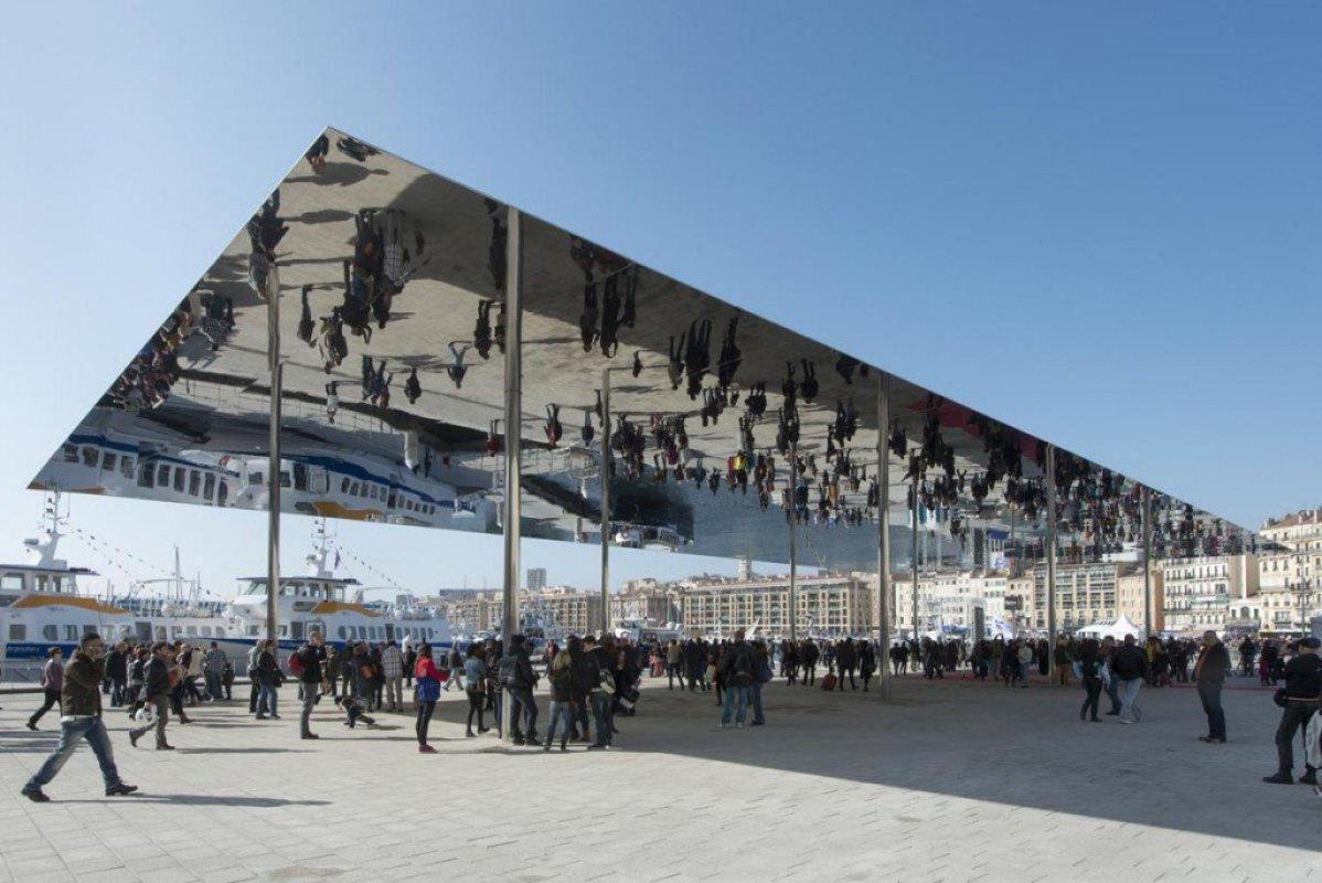 img0 กระจกเงาที่สะท้อนพื้นที่บริเวณและผู้ที่มายืน ภายใต้ซุ้ม Vieux Port Pavilion
