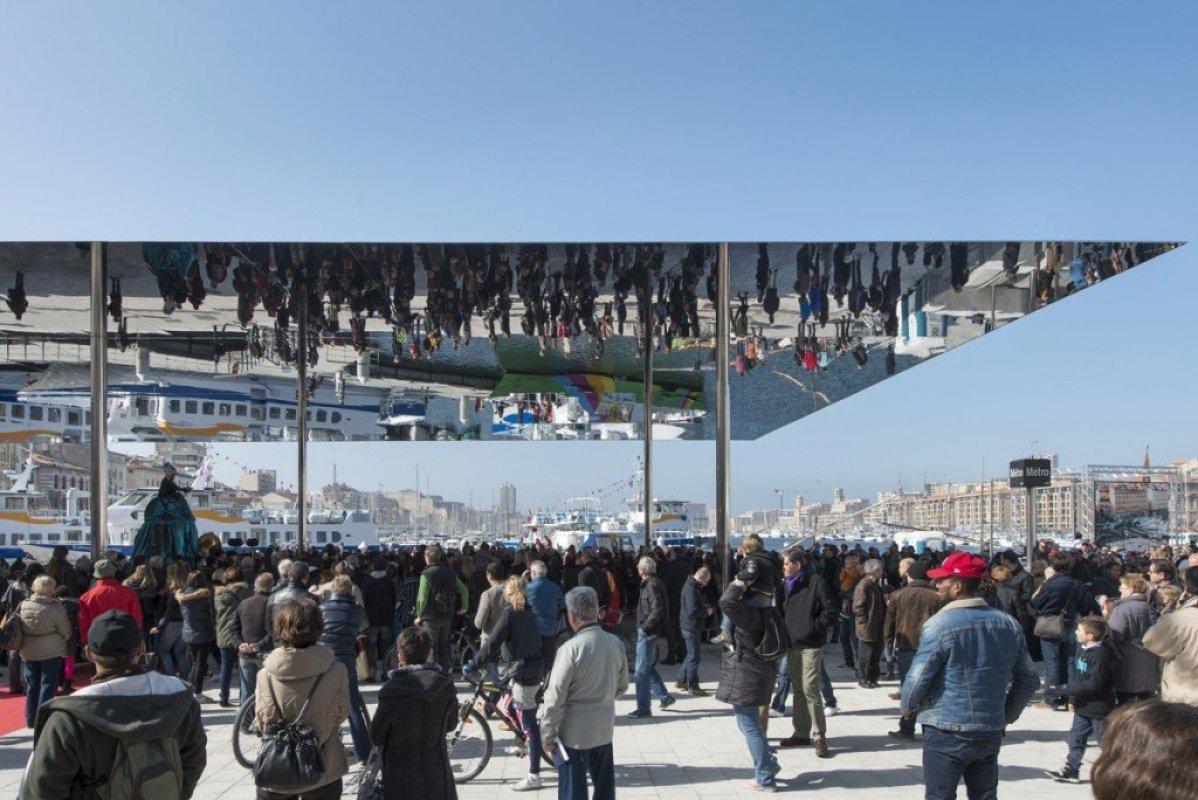 img2 กระจกเงาที่สะท้อนพื้นที่บริเวณและผู้ที่มายืน ภายใต้ซุ้ม Vieux Port Pavilion