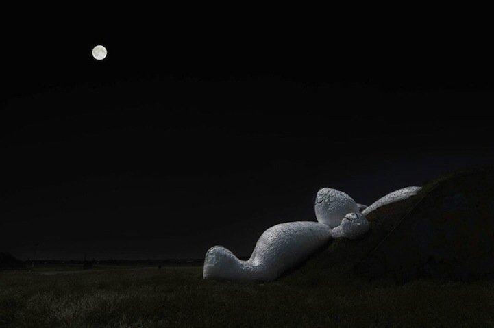 IMG 5261 กระต่ายยักษ์สีขาวขนาด 82ฟุต นอนชมจันทร์บนโรงเก็บเครื่องบินเก่า