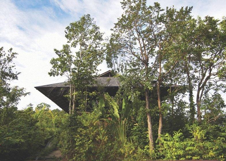 IMG 5375 บ้านที่สร้างจากไม้เก่า และเสาโทรเลข