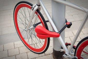 ที่นั่งจักรยาน ที่ทำหน้าที่เป็นโซ่ล็อก และที่เก็บไปในตัว