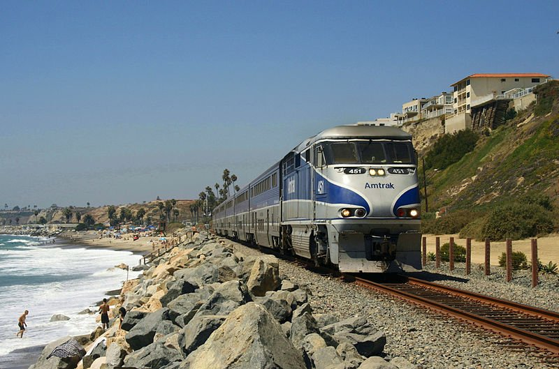 800px Pacific Surfliner San Clemente Pacific Surfliner หนึ่งในเส้นทางรถไฟที่มีทิวทัศน์ดีที่สุด