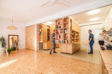 ตู้ที่เลื่อนไปมา ทำให้เกิดพื้นที่ทั้งห้องนอน ห้องนั่งเล่น ห้องครัว..เเหมาะสำหรับบ้านขนาดเล็ก