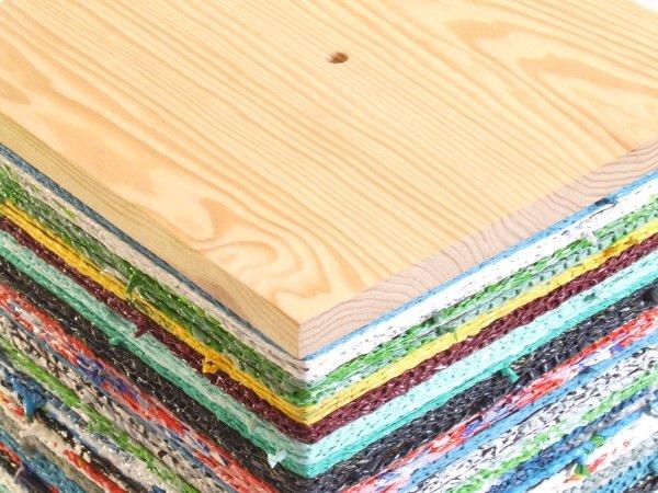 IMG 7579 เปลี่ยนเก้าอี้ไม้ธรรมดาๆ เป็นโต๊ะเข้ามุมสีสันสดใส ด้วยถุงพลาสติกถักโครเชต์