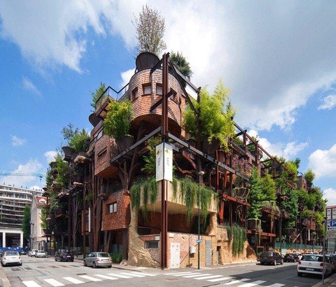 อาคารที่ปกคลุมด้วยสนิมเหล็กและต้นไม้สีเขียว เสมือนกับบ้านต้นไม้ 14 - Apartment