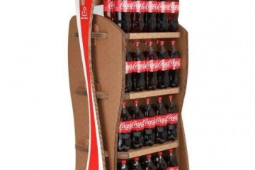 Coca-Cola's Green Marketing : ชั้นดิสเพลย์สินค้าจากกล่องใช้แล้ว