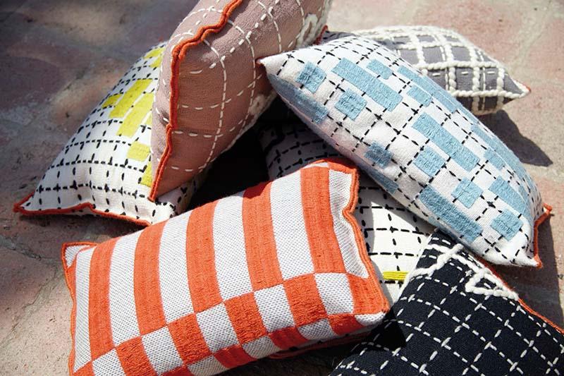 imagen cojines bandas1 จากรอยเย็บผ้า สู่งานลวดลายบนพรมและผ้าบุเฟอร์เจอร์ ที่มีมูลค่า