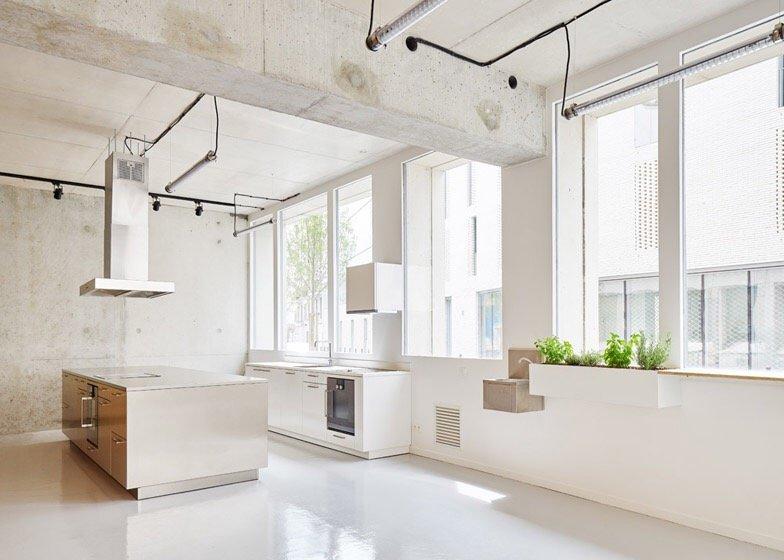 เก็บทุกอย่างไว้ที่ผนัง เพื่อให้มีความยืดหยุ่นในการใช้พื้นที่ได้ตามต้องการ 17 - Art & Design