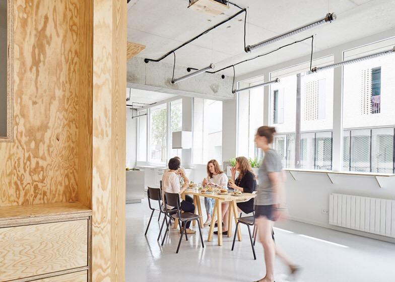 เก็บทุกอย่างไว้ที่ผนัง เพื่อให้มีความยืดหยุ่นในการใช้พื้นที่ได้ตามต้องการ 26 - Art & Design