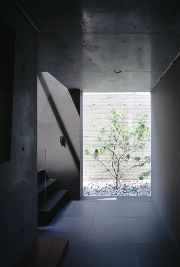 บ้านคอนกรีต สีเทาเรียบง่าย ที่ทำให้งานศิลปะโดดเด่น งดงาม 17 - Japan