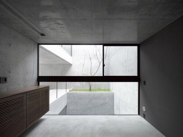 บ้านคอนกรีต สีเทาเรียบง่าย ที่ทำให้งานศิลปะโดดเด่น งดงาม 19 - Japan